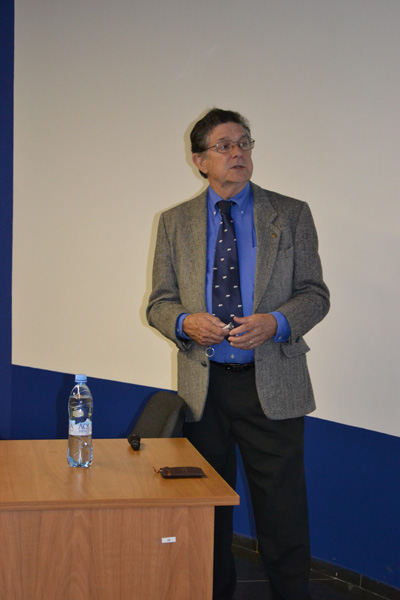 Фото к Роберт Келли в  гостях у Информационного центра по атомной энергии