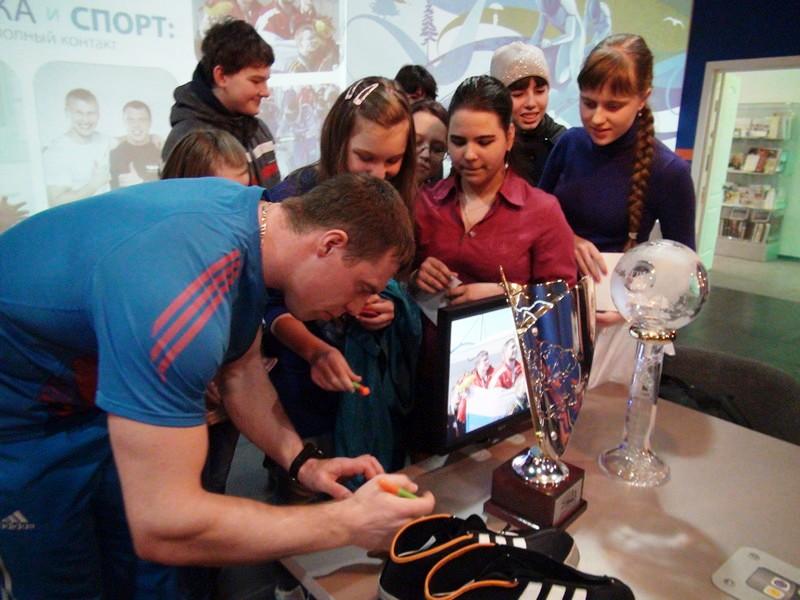 Фото к Известные российские бобслеисты  Дмитрий Труненков и Николай Хренков объяснили красноярским школьникам, как спортивная одежда может спасти жизнь