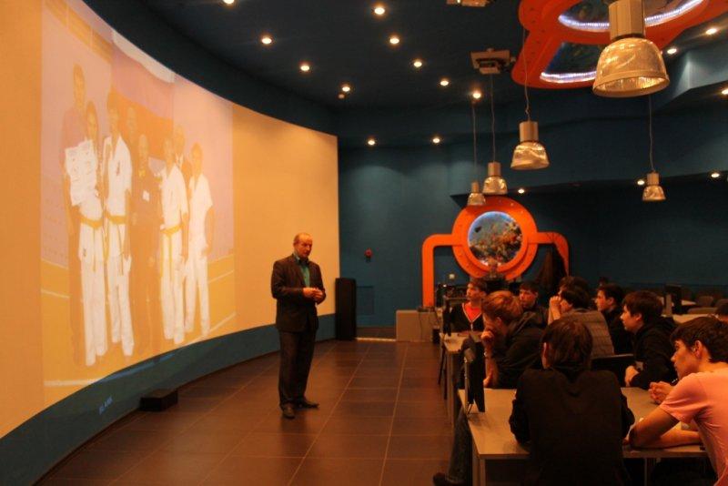Фото к Тренер камчатской команды  киокушинкай Анатолий Шевель открыл цикл  олимпийских уроков в Петропавловске-Камчатском