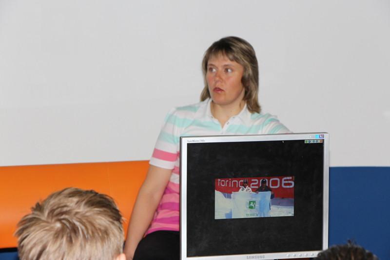 Фото к Известная лыжница Наталья Баранова приняла участие в детском ток-шоу в информационном центре по атомной энергии Томска
