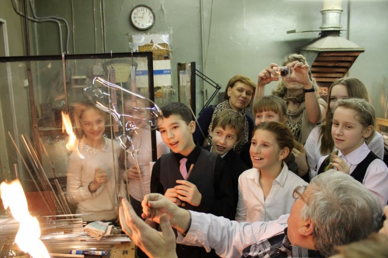 Фото к «Дуть будут все»: петербургские школьники посетили старейшую стеклодувную мастерскую