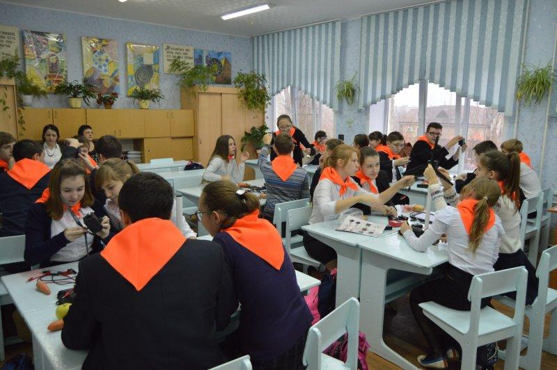 Фото к Энергия будущего: в саратовской школе прошло занятие, приуроченное к Международному дню энергосбережения