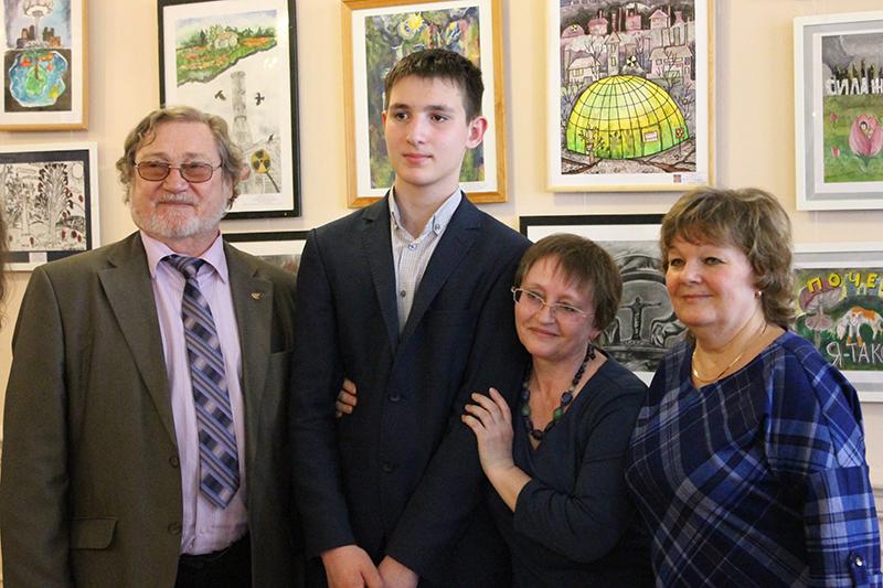 Фото к «Помним!»: ИЦАЭ наградил участников городской выставки «Мир без атомных катастроф»
