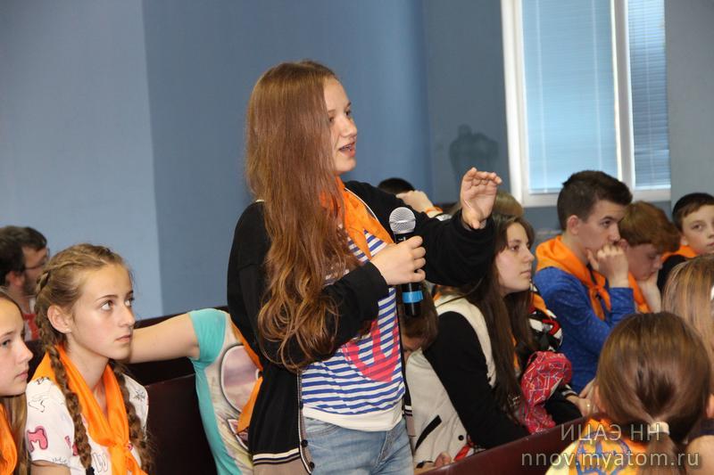 Фото к Как предсказывать новые материалы: в летнем лагере Нижегородской области прошла лекция популяризатора науки Олега Феи