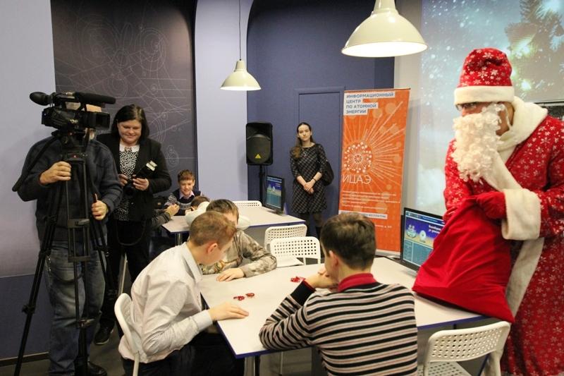 Фото к Электросани для Деда Мороза, 3D снежинки и «образовательная поляна»: в ИЦАЭ прошли «Научные елки»