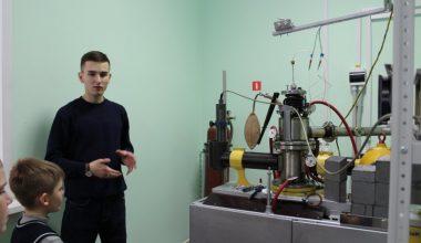Фото к «НаукаКласс» в Екатеринбурге: от тумана в бутылке до гало-эффекта и визкозиметра